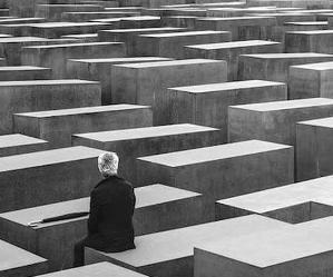 Locandina: Shoah. La percezione e lo sguardo del contemporaneo nella fotografia e nella grafica d'arte