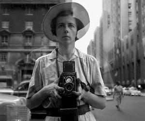 Foto talvolta buffe, altre malinconiche ma tutte molto naturali e autentiche della misteriosa artista Vivian Maier