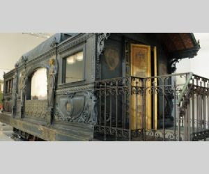 Locandina: L'arcano Mistero della Sala Macchine degli Dei e del Treno a Vapore del Papa