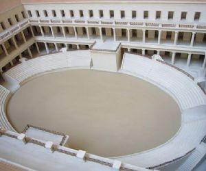 Costruita da Domiziano, è l'unica visibile a Roma