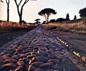 Visite guidate: Visita guidata passeggiando lungo la storica via romana