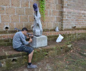 Visite guidate: Un percorso con sculture in pietra in un sentiero di Calcata