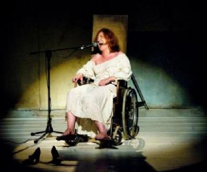Spettacoli - Sarà la straordinaria prova d'attrice di Federica Fracassi in Corsia degli incurabili, in scena al Teatro Argot dall'8 al 13 ottobre, ad inaugurare la Stagione di DOMINIO PUBBLICO, primo esperimento romano di programmazione congiunta tra due teatri