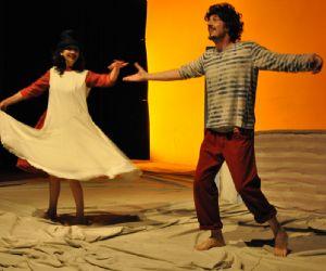 Spettacoli - Ruotalibera Teatro in scena con Giufà il mare e le nuvole Testo, regia e interpretazione Tiziana Lucattini e Fabio Traversa