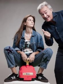 Corrado Tedeschi in scena con sua figlia Camilla Tedeschi alle prese con lezioni di... guida