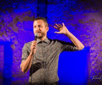 Due giorni di teatro e standup comedy per ridere con stile del disagio giovanile