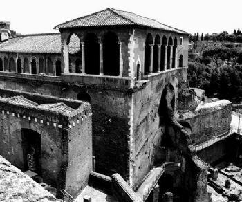 Visita al sito risultato di una stratificazione di monumenti che in età imperiale ospitava il Foro di Augusto
