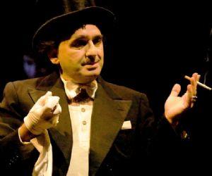 Lo spettacolo traccia un ritratto non solo teatrale, ma anche umano e di costume del grande autore-attore