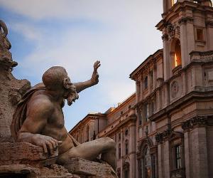 La leggendaria acredine dei due pilastri del barocco romano raccontata tra le vie e le piazze di Roma