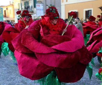 Carri allegorici, maschere e musica con lo storico Rogo de O' Puccio