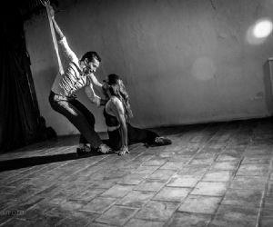 Uno spettacolo che ha la potenza dell'acrobatica aerea e la sensualità del tango