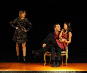 Una rocambolesca commedia in giallo che racconta il tipico triangolo amoroso con un finale del tutto inaspettato