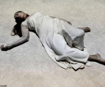 L'ultimo quarto d'ora nella camera da letto del generale Otello di Christine Bruckner - spettacolo multimediale di e con Enrica Rosso