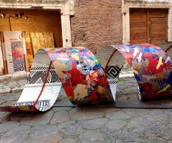 Un'installazione monumentale di arte contemporanea ispirata alla Colonna di Traiano