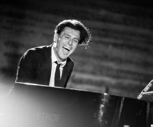 Dopo l'emozionante esibizione al Festival di Sanremo, presenta il suo disco d'esordio