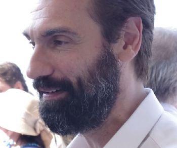 L'attore Fabrizio Gifuni  premia la compagnia vincitrice