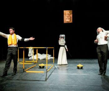 Il giovane Fabio Condemi dirige uno spettacolo colto, semplice e raffinato