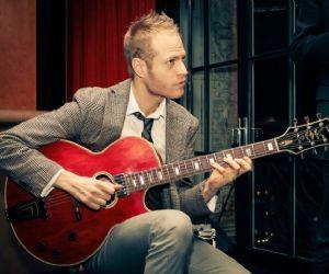 La chitarra jazz che fa impazzire New York dal vivo all'Elegance Cafè