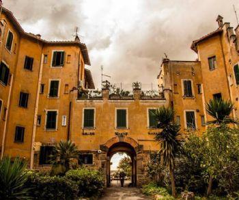 Visita al quartiere che rimane uno dei più begli esempi di perfetta integrazione tra architettura, ambiente ed edilizia popolare