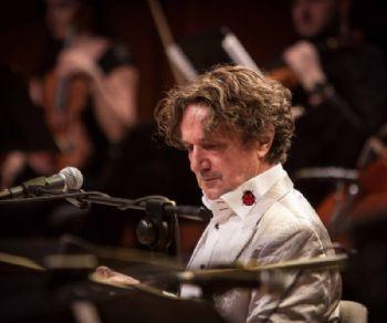 Compositore contemporaneo, musicista tradizionale, rock star internazionale arriva sul palco di Villa Ada