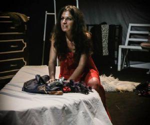 Lo spettacolo mette in scena il diario di vita di Giulia