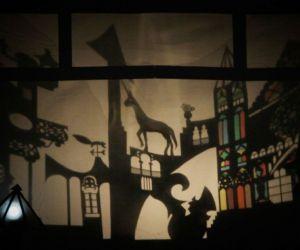 La rappresentazione procede sospesa tra la fisicità del teatro d'attore e la magia del teatro d'ombre