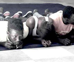 Uno spettacolo performativo con ragazzi africani e afghani
