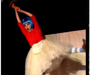 """Uno spettacolo-racconto ispirato dal classico """"Alice nel paese delle meraviglie"""""""