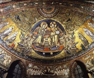 La leggenda narra che la monumentale basilica fu fondata nel perimetro di una miracolosa nevicata in agosto