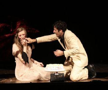Il giorno del quarantesimo compleanno, Giulia riceve in regalo da Matteo...