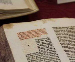 L'esposizione bibliografica documenta dalla cultura classica e dalla letteratura italiana