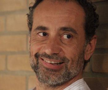 """Libri - Leandro Barsotti presenta il romanzo """"L'amore resta"""" tra letture, canzoni e meditazione"""