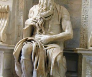 L'edificio conserva al suo interno uno dei complessi marmorei più importanti del Rinascimento italiano: il Mosè