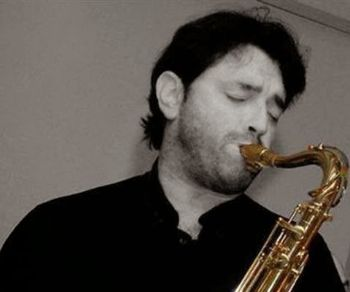 """Un saxofonista, compositore, arrangiatore che ama definirsi """"musicista universale"""" e il suo gruppo al Caffè Letterario"""