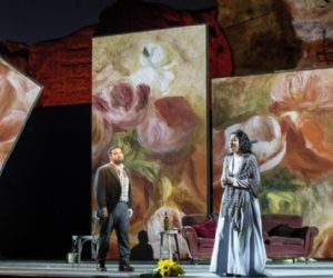 L'opera è ambientata intorno all'anno 1830 a Parigi...