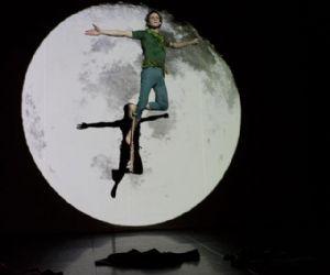 La Compagnia dei giovani del Teatro Vascello adatta in modo originale la famosa fiaba