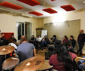 La giovane formazione multietnica incontra il cantautore romano