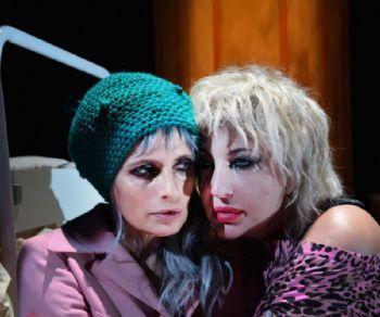 Isabella Ferrari e Iaia Forte, dirette da Valerio Binasco, interpretano due sorelle nello spettacolo di Igor Esposito