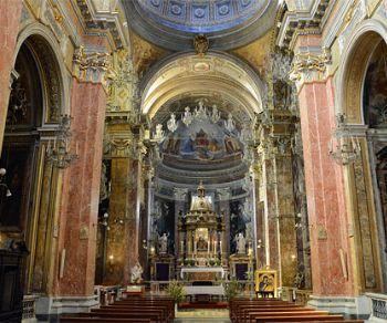 Visita guidata alla chiesa con un'unica navata e con tre cappelle per lato