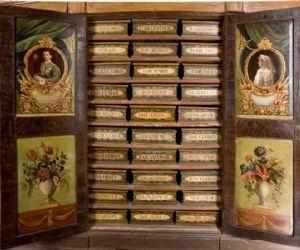 """Visita alla """"farmacia dei papi"""" tra odori di antichi medicamenti, alambicchi ed antichi erbari"""