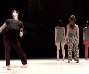 Una performance per cinque danzatori