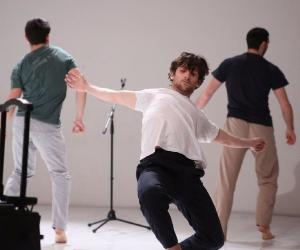 La performance coniuga danza contemporanea, tecnologia wireless portatile e il beat boxing