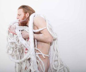 Performance e installazione tessile di Thomas De Falco