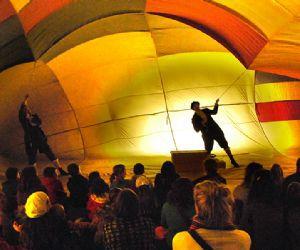La mongolfiera dei fratelli Montgolfier ricreata in scena e gonfiata insieme agli spettatori