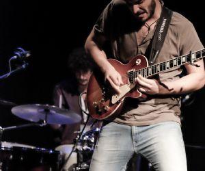 Il giovanissimo cantautore e chitarrista in concerto