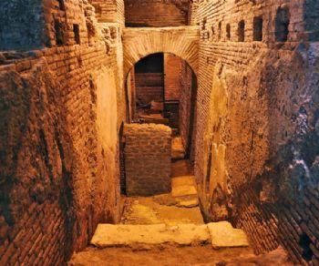 Visita a tre piani di un quartiere nascosto: Area archeologica del Vicus Caprarius - Città dell'Acqua