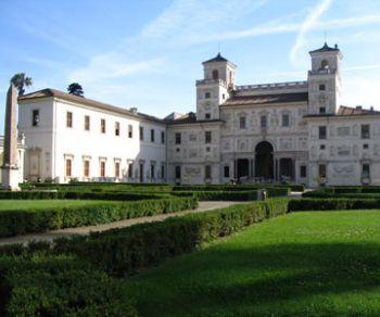 Le stanze, lo studiolo di Ferdinando e i giardini a Villa Medici