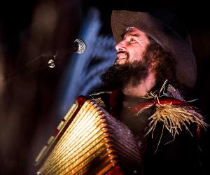 Vinicio Capossela, pianoforte, band e ombrografi in concerto